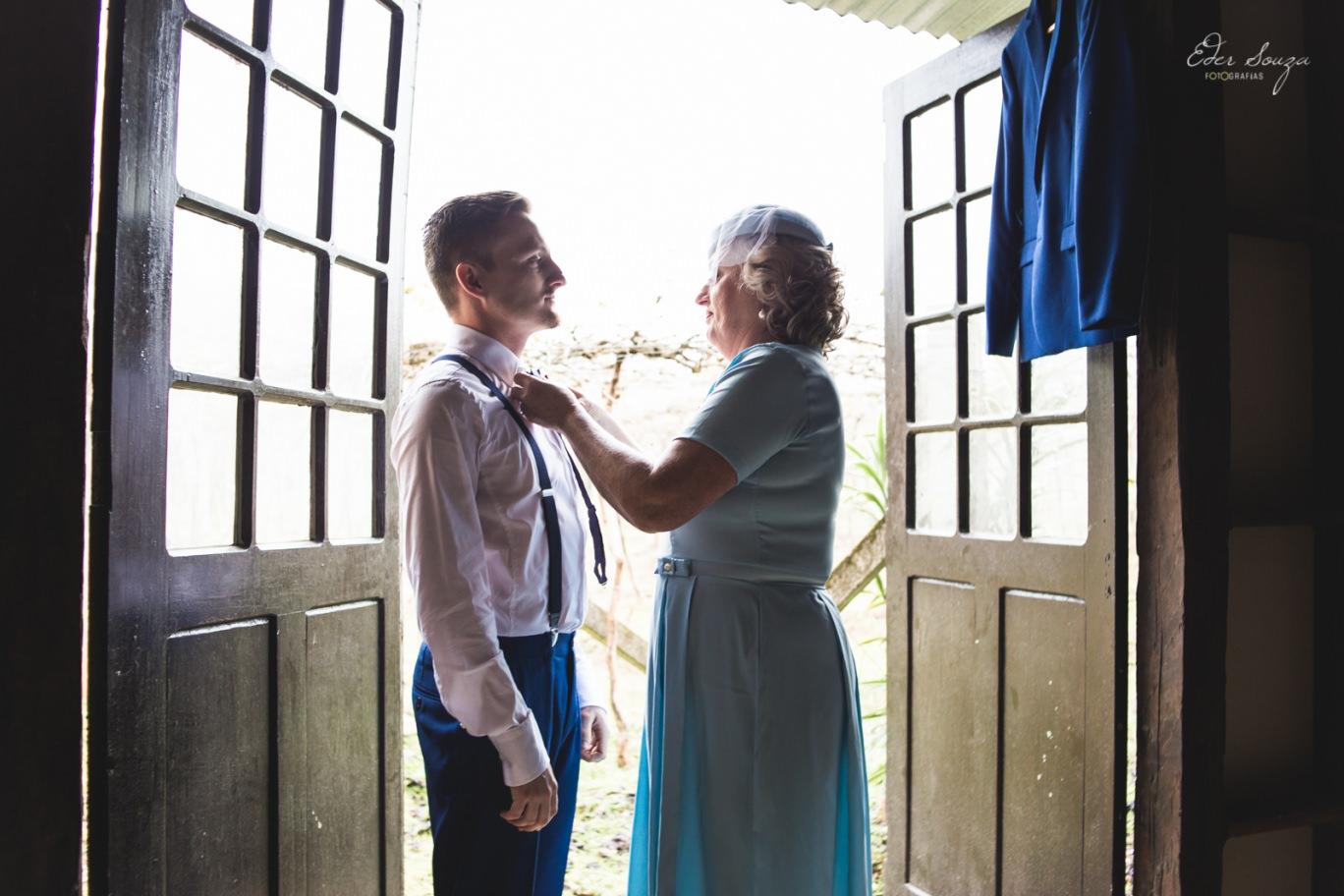 Mãe arrumando o noivo