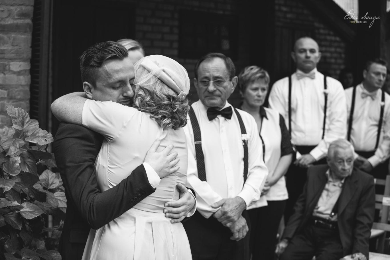 família se despedindo do noivo