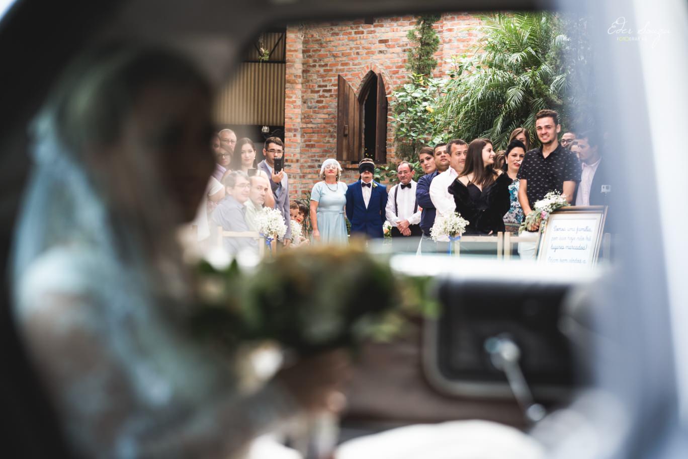 noiva no carro, um angulo que mostra o noivo ansioso para ver a noiva junto dos familiares!