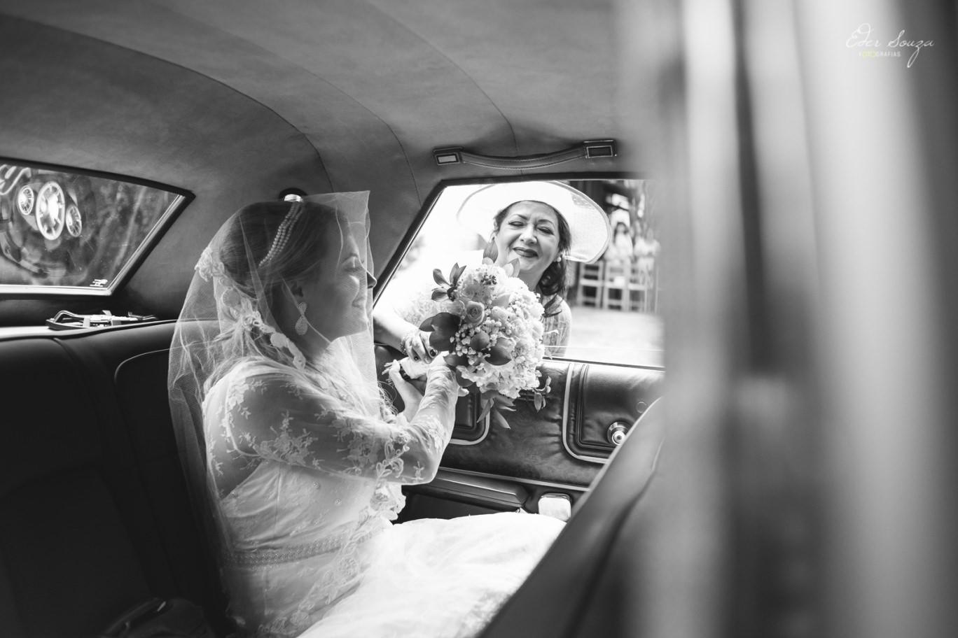 A mãe trouxe o Bouquet de flores para a noiva no carro